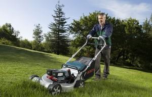 Bosch Rasenmäher mit Akku im Einsatz