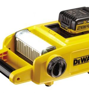 Der Baustellenstrahler DCL 060 leuchtet mit zehn LEDs und 1.500 Lumen dunkle Arbeitsplätze gut aus.
