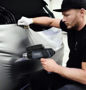 STEINEL PROF_CarWrapping mit HG 2120 E_Aufziehen der Folie600x400
