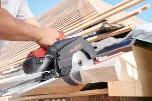 Vor allem beim Arbeiten auf dem Dach oder dem Gerüst ist das geringe Gewicht der Kappschienensäge KSS 60 36B von nur 6,6 kg eine Erleichterung.