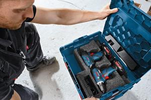 """Auch für die 10,8 Volt-Klasse gibt es neben der stationären Lösung mobile Ladestationen wie die """"Wireless Charging L-Boxx Bay"""". Durch ein entsprechendes Einlage-Set werden zwei 10,8 Volt-Akkus direkt in der L-Boxx auf dem Weg zum Einsatzort geladen. Dadurch sind sie auf der Baustelle sofort einsatzbereit."""