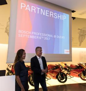 Ducati-Sportdirektor Paolo Ciabatti begrüßt die Journalisten