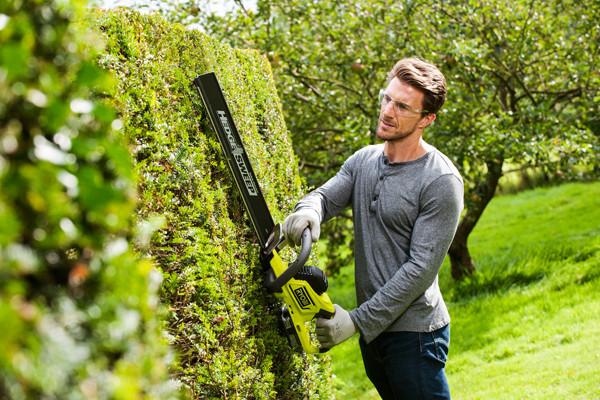 Mit der Heckenschere von Ryobi lässt sich die Gartenarbeit vereinfachen
