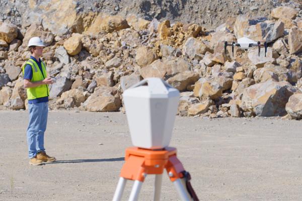 Die Explore1-Drohne arbeitet mit der Edge1 RTK Basis-Station zusammen, die die Daten erfasst und aufbereitet