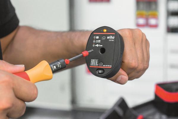 Einfache Handhabung: 1. Einschalten, 2. Drehmomentwerkzeug inkl. Adapter-Testklinge mit Einstellwert 2,8 Nm einführen, 3. Drehen im Uhrzeigersinn, 4. Auf LED-Ampel-Signal achten. Eine ausführliche Gebrauchsanweisung liegt der Set-Box bei.