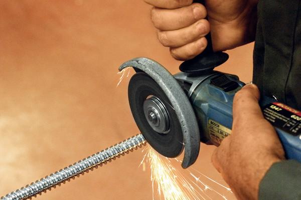 Der Zuschnitt der Gewindestangen erfolgt mit einer Metallsäge oder einem Winkelschleifer