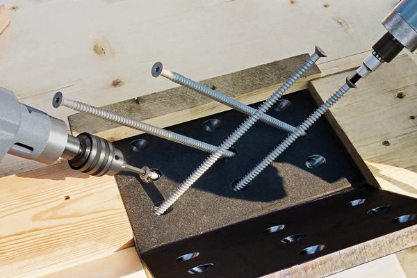"""Die Vollgewindeschrauben mit der Bezeichnung HECO-WR (""""Wood Reinforcement"""") dienen der Verstärkung von Holzbauteilen"""