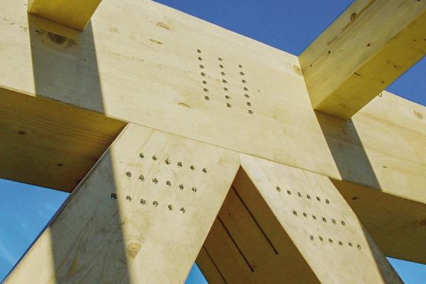 Die Stabdübel werden ohne vorzubohren in das Holz und durch die Stahlplatten gesetzt