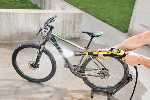 Fahrräder können problemlos mit dem Hochdruckreiniger abgespült werden.