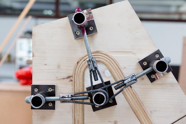 Mit dem kompakten Allrounder hat das Duo die 5 x 2 m großen Tischlerplatten aufgetrennt, die für den Formenbau verwendet wurden, die Furniere und die Holmen der Rückenlehne abgelängt oder eine Kiste für die Bedampfung gesägt.