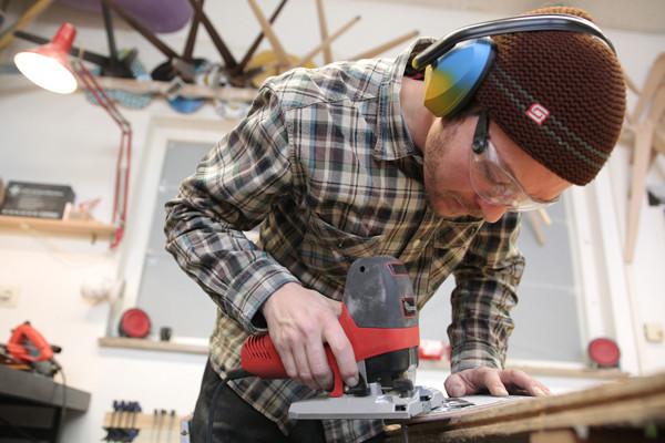 Stets zur Hand: die MAFELL Präzisionsstichsäge P1 cc. Damit sägt Florian Bürkle die Rundungen der Sitzschale.