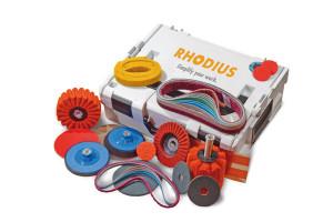 Rhodius bietet Anwendern zum Winkelschleifer passende Starter-Kits. Diese beinhalten alle Schleifmittel in kleiner Stückzahl.