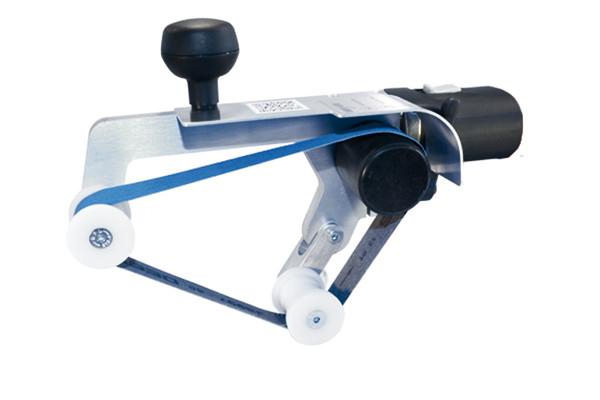 Die leichte Konstruktion des Rohrbandschleifer-Vorsatzes ermöglicht auch an schwer zugänglichen Stellen gute Schleifergebnisse. Spezielle Führungsrollen verhindern zudem ein Ablaufen des Schleifbandes.
