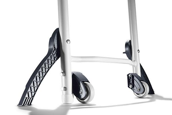 Die integrierten Transportrollen ermöglichen das leichte Bewegen der Säge.