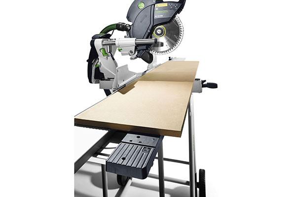 Die Winkelabstützung sorgt für einfaches Zuschneiden von Kranzprofilen in Verbindung mit den Kappanschlägen und dem Untergestell.
