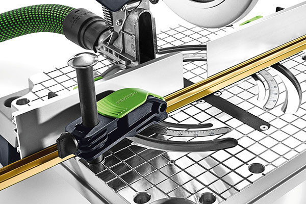Mit der Werkzeugklemme lassen sich an verschiedenen Positionen des SYM 70 Arbeitstisches Werkstücke sicher und einfach befestigen.