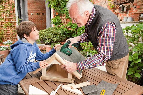 Auch für kleinere Befestigungsarbeiten in Haus und Garten eignet sich der Akku-Tacker ideal.