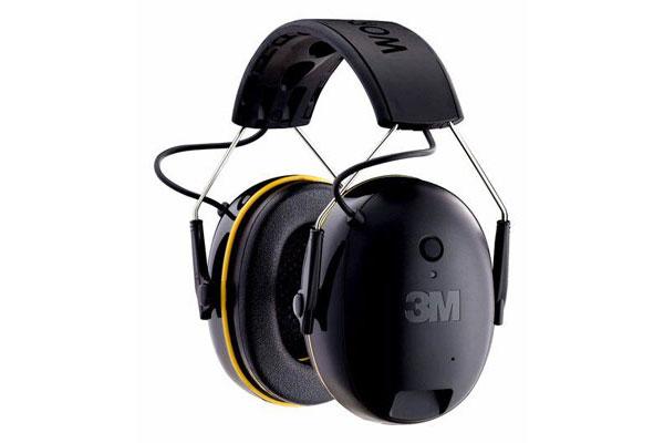 Der Bluetooth-Gehörschutz von 3M sieht sehr schlicht aus, ist gleichzeitig aber hochwertig verarbeitet. Die Ein-Knopf-Bedienung ist einfach. Durch kurzes, mehrfaches Drücken lässt sich darüber sogar die Musikauswahl regeln. Die Lautstärke wird über das verbundene Bluetooth Gerät bestimmt. Im Gegensatz zu unseren anderen getesteten Schützern, fehlt dem 3M Gehörschutz die Radio Funktion. In Sachen Audioqualität ist dieser Gehörschutz klarer Sieger. Selbst bei Podcasts und ruhigen Songs ist kein Hintergrundrauschen wahrnehmbar. Trage-Komfort: 4,5 von 5 Punkten