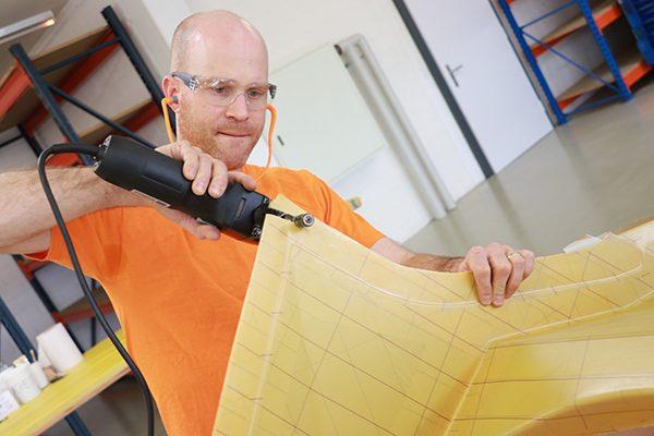 Die Facharbeiter von Connova schneiden problemlos durch verschiedene Faserverbundstoffe. Selbst schwer trennbare Aramidfasern schneidet das TruTool FCN 250 problemlos.