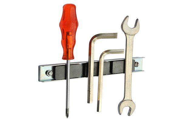 Magnetische Haftpunkte dienen zur Fixierung von Werkzeugen oder Schrauben an metallischen Oberflächen wie Metallwänden, Maschinengehäusen und Gerüsten.