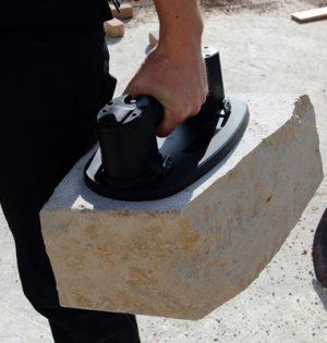 Selbst raue Steine lassen sich mit dem Hebegerät transportieren
