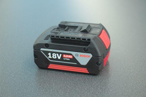 Der 18 Volt Akku mit Ladestandsanzeige hat eine Kapazität von 5,0 Ah
