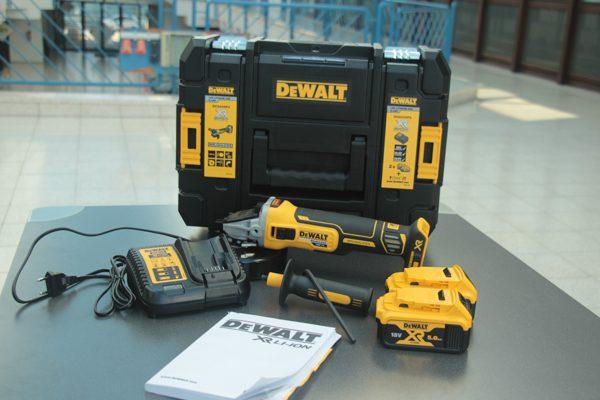 Der Lieferumfang umfasst eine T STAK-Box II, zwei 5,0 Ah Li-Ion Akkus, ein System-Schnellladegerät und einen Zusatzhandgriff