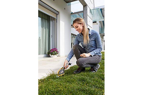 Gartengerät mit Grasaufsatz