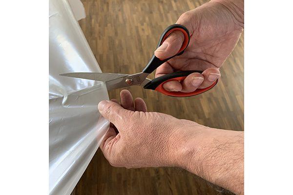 Schneiden Sie die Folie auf das benötigte Maß zu. Beachten Sie dabei einen Folienüberstand von ca. 10 cm pro Seite.