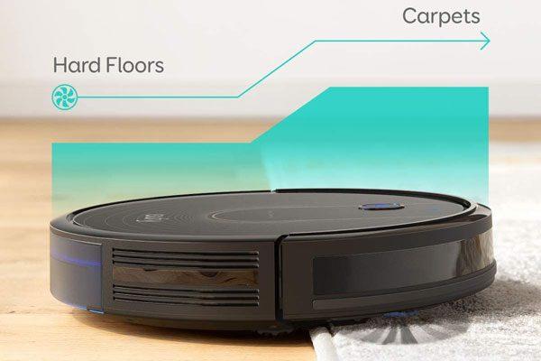 Der Saugroboter saugt durchgängig glatte Böden und mittelhohe Teppiche