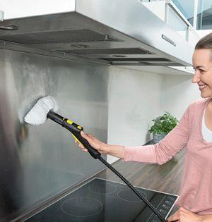 Zum Reinigen von Oberflächen aus Edelstahl wird die Dampfdüse mit einem Mikrofasertuch überzogen.