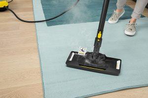 2020_Kaercher_Tipps_DampfreinigungMit Hilfe eines Teppichgleiters können textile Bodenbeläge aufgefrischt werden.