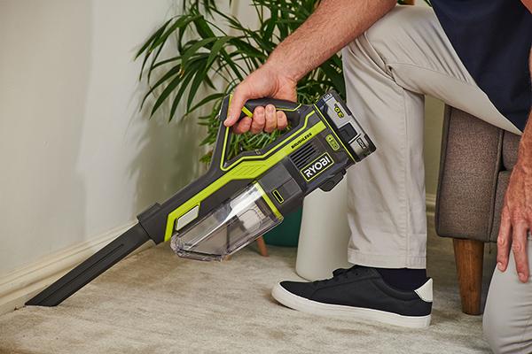 Als kompakter Handsauger mit Universaldüse oder Polsterbürste erweist sich das Gerät vor allem bei der schnellen Zwischenreinigung als praktisch.