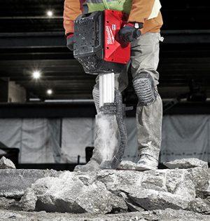 Der Akku-Abbruchhammer liefert für anspruchsvolle Meißelarbeiten eine enorme Schlagenergie von 64 Joule.
