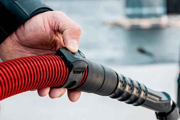 Auch manuelles Absaugen ist beim neuen Akku-Sauger von Metabo kein Problem. Dazu muss der Anwender nur den Remote-Control-Knopf am Sender drücken, der direkt vorne an der Muffe positioniert ist.