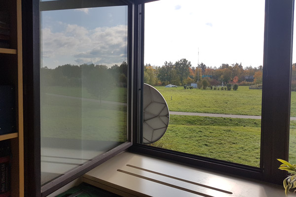 Corona im Büro: Durch Stoßlüften - bei geöffneten Fenstern und Türen - sorgen wir für einen schnellen Luftaustausch. Der CO2-Gehalt sinkt, der Sauerstoffgehalt steigt entsprechend.