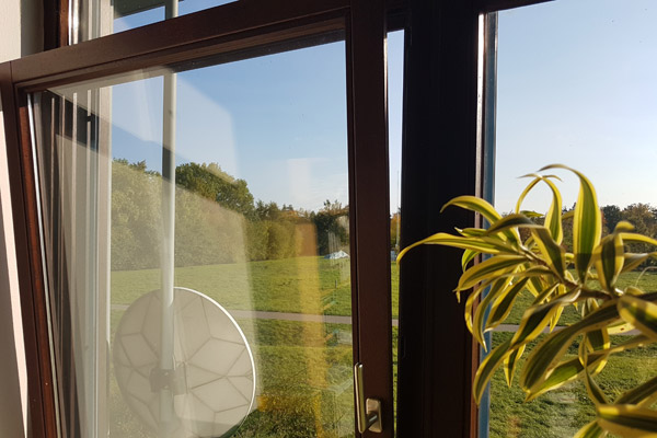 16:00 Uhr: Wir lüften - aber falsch! Statt einer Stoßlüftung (=Querlüftung) lüften wir nur mit gekippten Fenstern.
