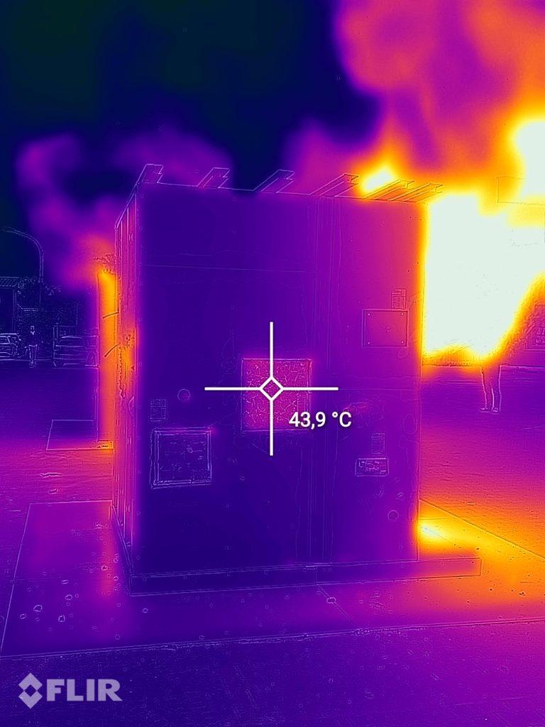 Wärmebildaufnahme beim Brandversuch. Das Wärmeschutzglas hält Temperaturen von über 1000 Grad Celsius stand. Im Innern herrschen über 1000 Grad, außen lässt sich das Glas berühren.