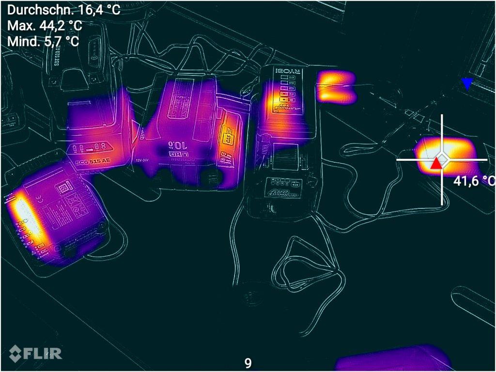 Test CAT S62 Pro, hier beim Überwachen des Ladevorgangs von Akku: Die FLIR App ermöglicht es, Min/Max-Werte einzublenden und Punktmessungen im Wärmebild vorzunehmen. Das funktioniert auch noch später mit Archivaufnahmen.