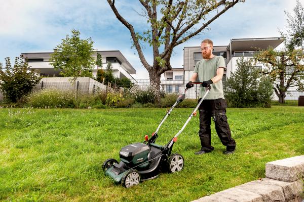 Der 18-Volt-Akku-Rasenmäher RM 36-18 LTX BL 46 mäht, sammelt oder mulcht effizient und eignet sich besonders für große Grundstücke.