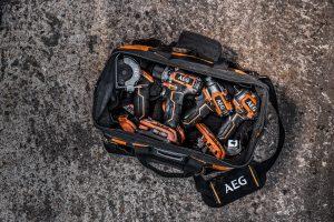 Passen alle in eine Tasche: ein Bohrschrauber, ein Trennschleifer und zwei Schlagschrauber der neuen 18 Volt-SubCompact-Reihe von AEG.