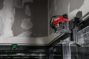 Eine Laserzieltafel mit Magnetboden und kontrastreicher, reflektierender Oberfläche und X-förmigen Markierungen erleichtern und beschleunigen den Aufbau erheblich.