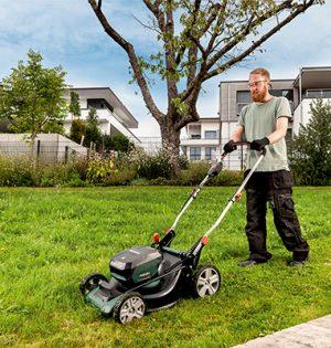 Der leistungsstarke Rasenmäher RM 36-18 LTX BL 46 von Metabo eignet sich besonders für große Flächen bis 800 Quadratmeter.