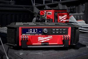 Neu im Packout-System bei Milwaukee: ein DAB+-Radio mit Ladefunktion für M18-Akkus und mobile Endgeräte.