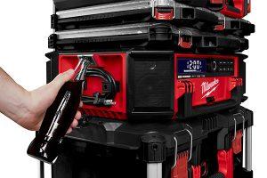 Das neue Radio ist im Packout-System stapelbar, mit bis zu 130 kg belastbar und besitzt sogar einen integrierten Flaschenöffner.