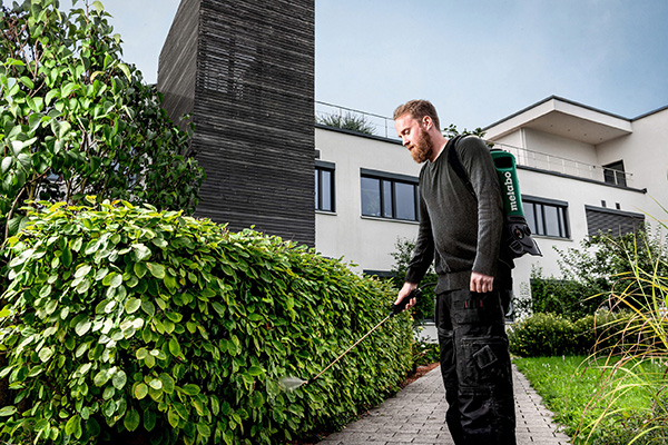 Das 18-Volt-Akku-Rückensprühgerat RSG 18 LTX 15 bringt Pflanzenschutz- und Pflegemittel besonders gleichmäßig aus, ganz ohne manuelles Pumpen.