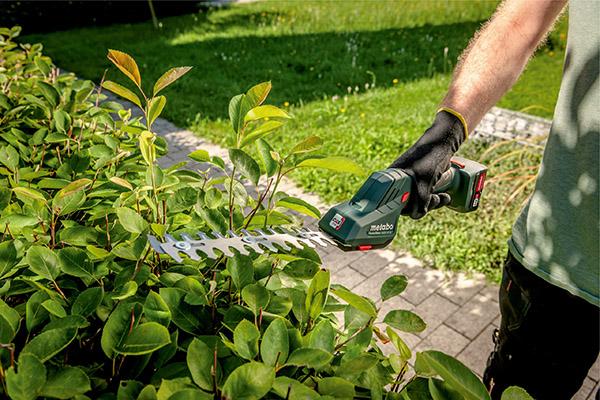 Die neuen Akku-Strauch- und Grasscheren aus der Metabo Garten-Range bringen Hecken, Büsche und Rasenkanten kraftvoll und präzise in Form.