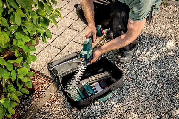 Mit nur einem Handgriff und ganz ohne Werkzeug können Anwender dank Metabo Quick-System die Strauch- zur Grasschere umbauen.