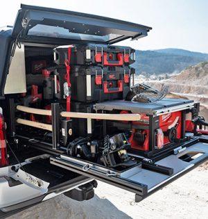 Mit Milwaukee als Partner zeigt Mitsubishi, was machbar ist und hat Musterfahrzeuge des L200 Pickups mit Akkuwerkzeug und Zubehör ausgerüstet.