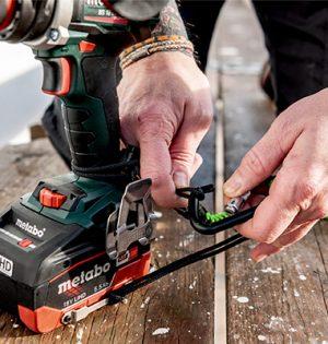 Akku sichern leichtgemacht: Einfach die Schlaufe der Akku-Sicherungsverbindung durch den Sicherungsbügel am Akkupack ziehen und den Karabiner an der Extra-Schlaufe am Werkzeug-Sicherungsgurt einhaken.